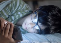 Физик объяснил, насколько вредно спать рядом со смартфоном