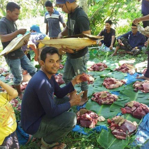 Раздача мяса на меуганг (Источник фото: google.com).