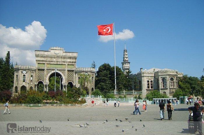 Стамбульский университет. Ворота перед зданием ректората. Ранее здесь находился Старый дворец (Источник фото: wikipedia.org).
