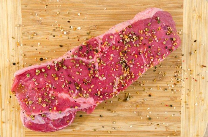 Красное мясо делает сосуды жесткими (Фото: unsplash.com).