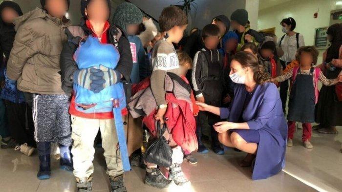 Анна Кузнецова с российскими детьми, находившимися в Сирии. (Фото: yandex.ru).