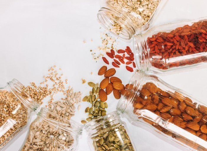 Орехи, несмотря на наличие жиров, могут снижать уровень «плохого» холестерина (Фото: unsplash.com).