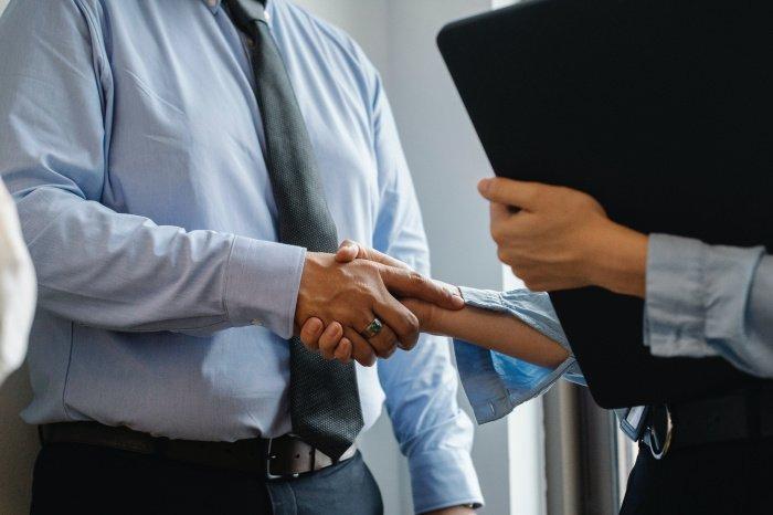 Обращаться к начальству с просьбой о повышении можно и нужно (Фото: unsplash.com).
