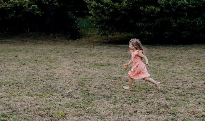 Хождение без обуви помогает закаляться (Фото: unsplash.com).