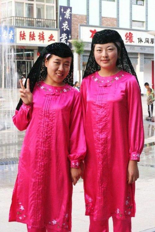 Саларские женщины в национальной одежде (Источник фото: google.com).