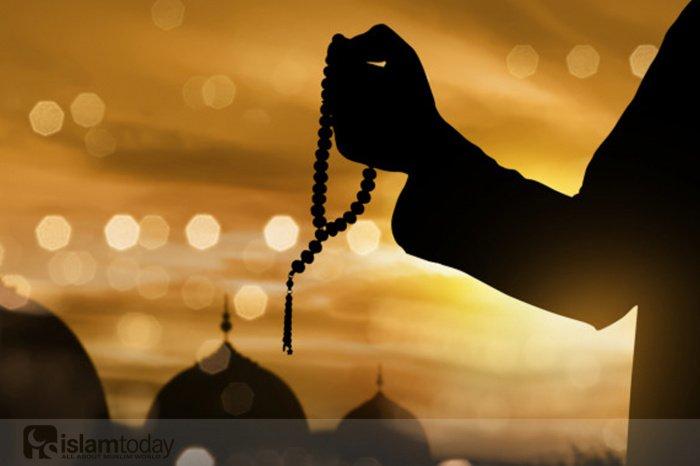 Поклонение в Рамадан (Источник фото: freepik.com).
