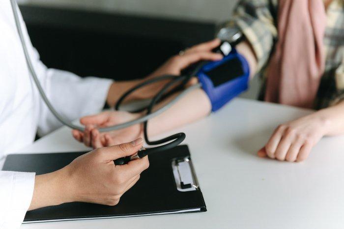 Cледует контролировать уровень артериального давления (Фото: unsplash.com).