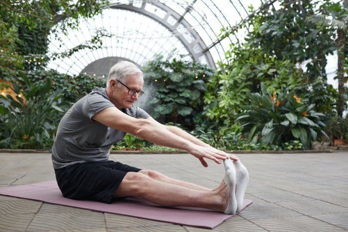 Растяжку следует сочетать с легкими мышечными тренировками (Фото: unsplash.com).