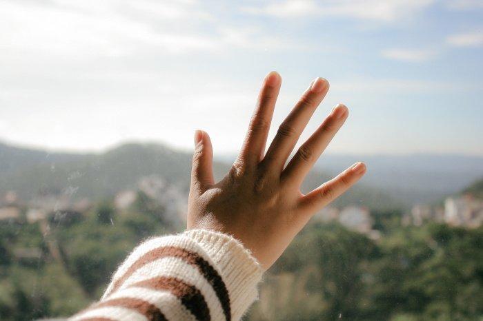Холодные руки – это спазм сосудов (Фото: unsplash.com).