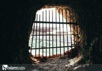 Кем была построена первая тюрьма в истории ислама?