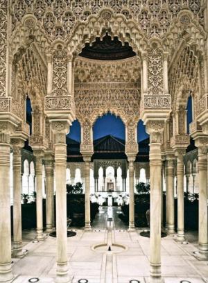 Фрагмент внутренних интерьеров дворца Аль-Гамбра. Гранада, Испания (Источник фото: pinterest.ru).