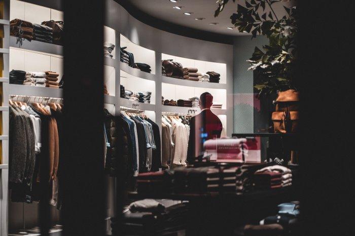 Фешн-эксперты советуют покупать вещи по размеру (Фото: unsplash.com).