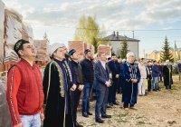 На минарете новой центральной мечети Пестрецов установили полумесяц