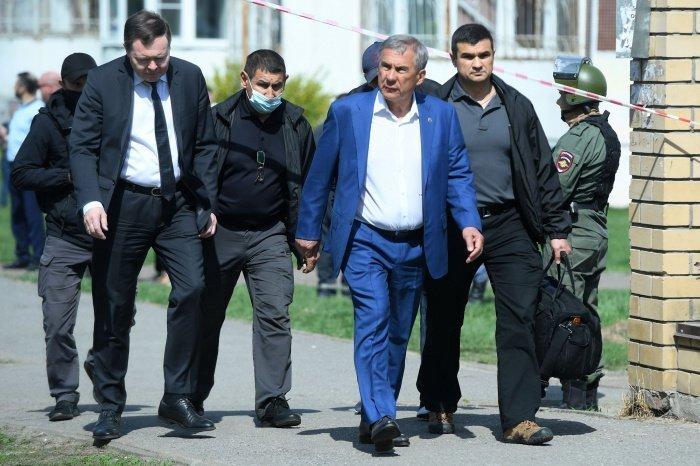 Рустам Минниханов у здания школы. (Фото: Максим Богодвид/ РИА Новости).