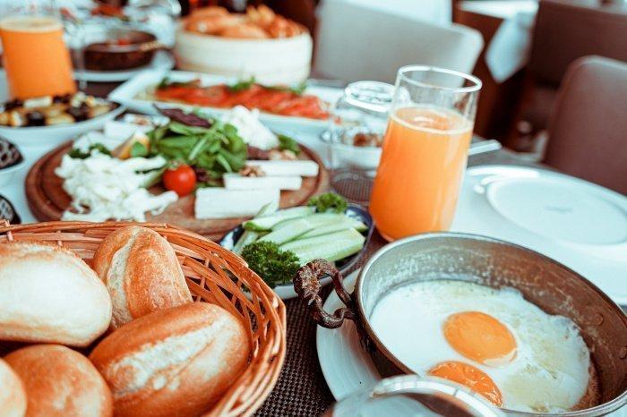 В будни необходимо завтракать в одно и то же время (Фото: unsplash.com).