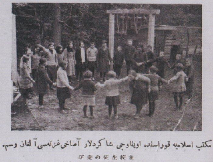 Ученики играют перед школой Мактаб Исламия.