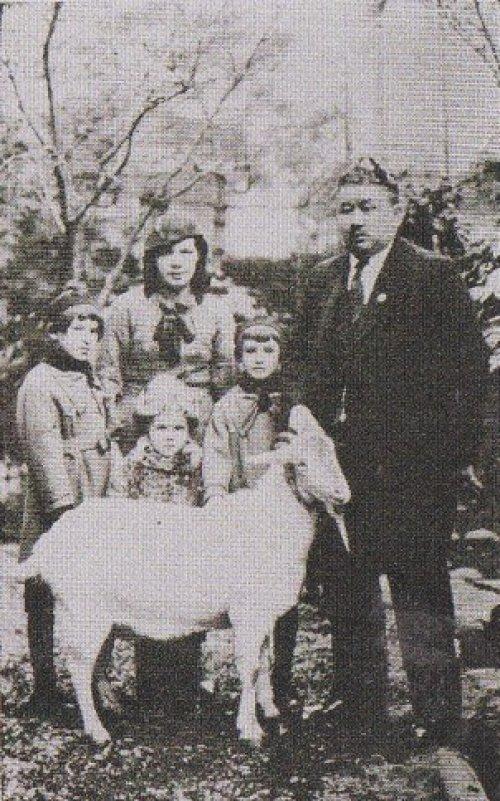 Габдулхай хазрат Курбангалиев вместе со своей супругой Уммугульсюм ханум, дочерьми Наджией, Анисой и сыном Асгатом.