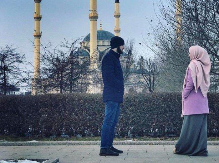 Фото общающихся на улице девушки и парня (Источник фото: pinterest).