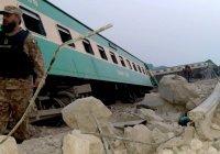 В Пакистане около 40 человек погибли при столкновении поездов
