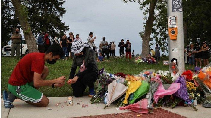 Импровизированный мемориал погибшим на месте трагедии. (Фото: Reuters).