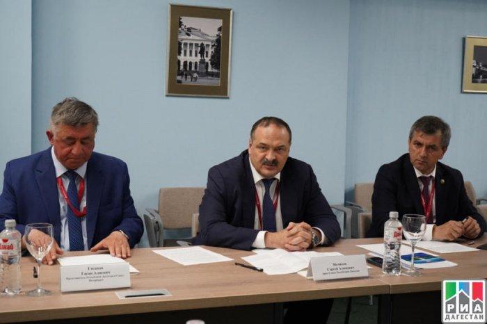 Сергей Меликов (в центре). Фото: РИА Дагестан.