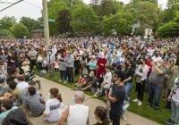 Сотни канадцев пришли к мечети после убийства мусульманской семьи