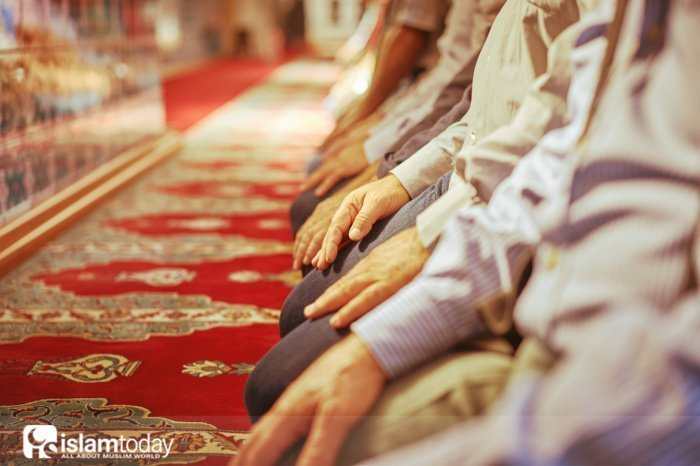 Пятничный намаз (Источник фото: immigrationlab.org).