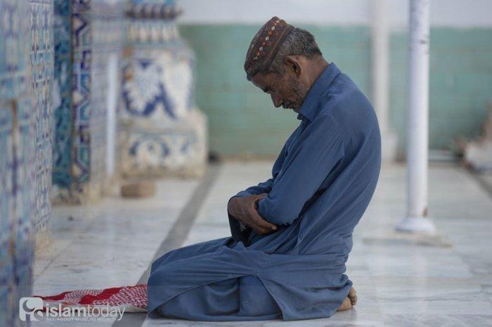«О закутавшийся! Простаивай ночь без малого, половину ночи или чуть меньше того, или чуть больше того, и читай Коран размеренным чтением» (аль-Муззаммиль, 1-4) (Фото: unsplash.com).