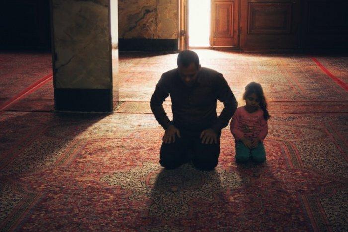 «Не оставляйте ночной намаз, ведь поистине посланник Аллаха (ﷺ) никогда не оставлял тахаджуд-намаз. Даже в случае болезни или слабости он совершал его сидя».(Фото: unsplash.com).