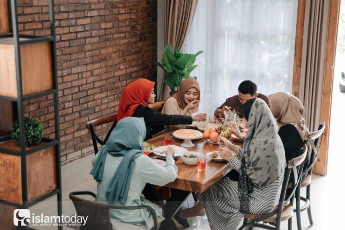 За столом, на котором имеется зелень, присутствуют ангелы (Фото: shutterstock.com).