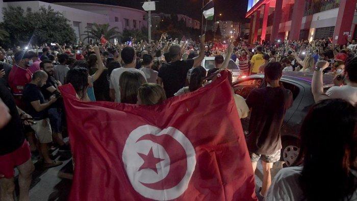 В Тунисе прошли масштабные манифестации. (Фото: ru.euronews.com).