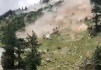 В Индии мощный камнепад убил девять туристов (Видео)