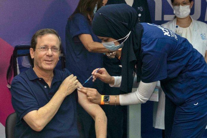 Ицхак Герцог получил третью дозу вакцины от коронавируса. (Фото: news.myseldon.com).