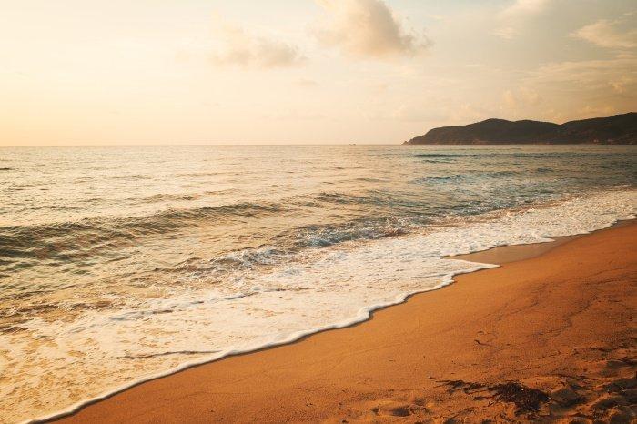 Они шагали вдоль морского берега (Фото: elements.envato.com).