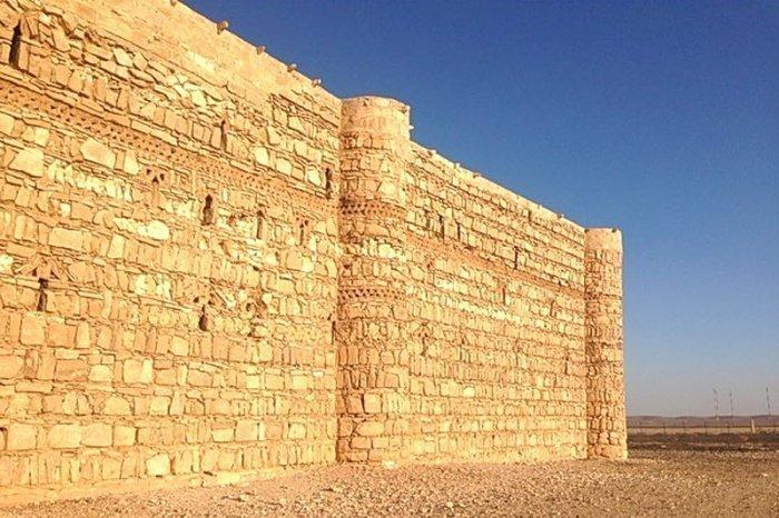 Хизр (а.с.) выпрямил стену своими руками (Фото: sreda.temadnya.com).