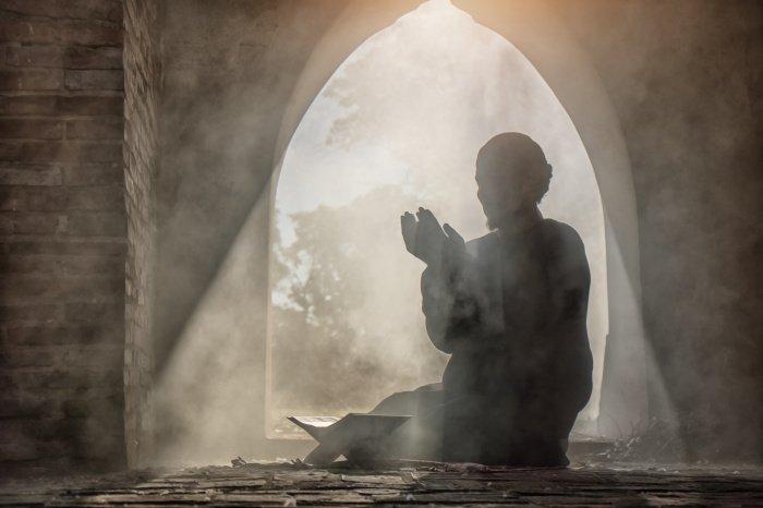 Помолись, чтобы я стал богатым и ни в ком не нуждался. И последнее мое желание – попроси Всевышнего простить мои грехи (Фото: shutterstock.com).