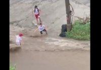 В Красноярске мальчика унесло дождевым потоком (Видео)