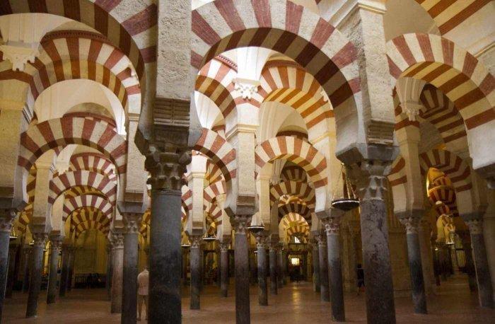 Зал содержит 856 колонн (Фото: sacredfootsteps.org).