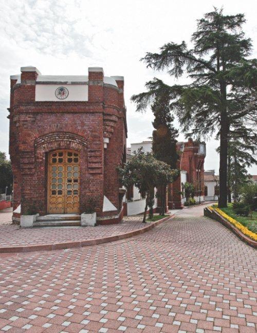 Один из блоков фарфорового завода Йылдыз (Фото: millisaraylar.gov.tr).