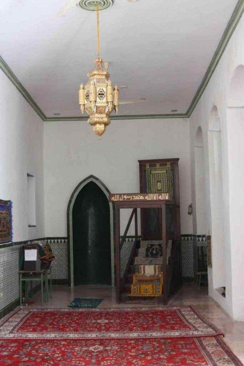 Рядом с деревянным минбаром можно обнаружить единственный сохранившийся молитвенный коврик (Фото: Zirrar, sacredfootsteps.org).