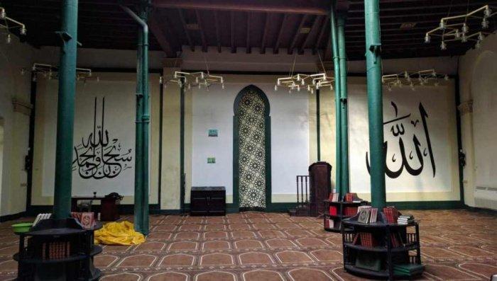 Внутри стены здания украшены чёрной каллиграфией (Фото: Zirrar, sacredfootsteps.org).