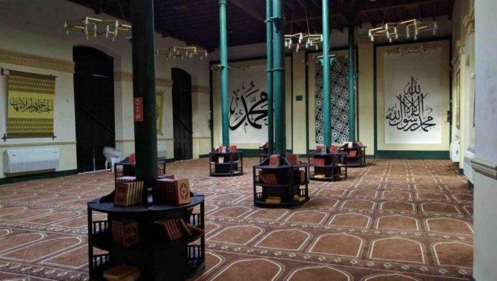 По периметру мечети стоят колонны зелёного цвета, на которых можно найти религиозную литературу (Фото: Zirrar, sacredfootsteps.org).
