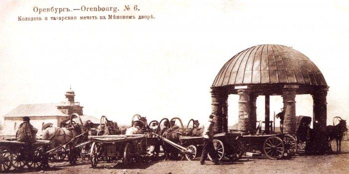 Мечеть менового двора (слева) (Фото: wikipedia.org).