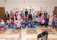 Муфтий вручил школьникам портфели в рамках акции «Помоги собраться в школу»