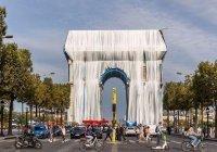 Триумфальную арку в Париже накрыли гигантской тканью (Фото)