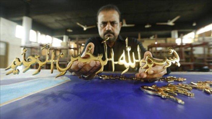 Художник Шахид Рассам вырезает аяты Корана из золота (Фото: menafn.com).