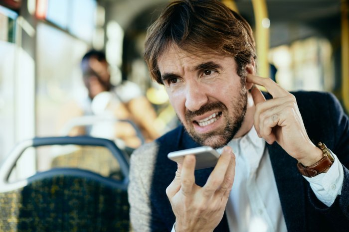 В общественном транспорте громко разговаривать по телефону неприлично.