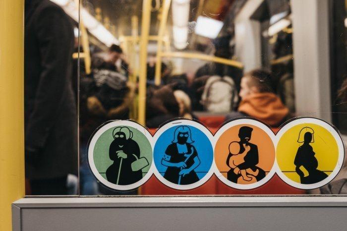 Уступайте места инвалидам и пожилым людям.