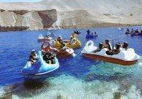 Боевиков «Талибана» заметили катающимися на лодках в виде лебедей