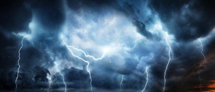 При каждой вспышке молнии они следовали в ее свете.